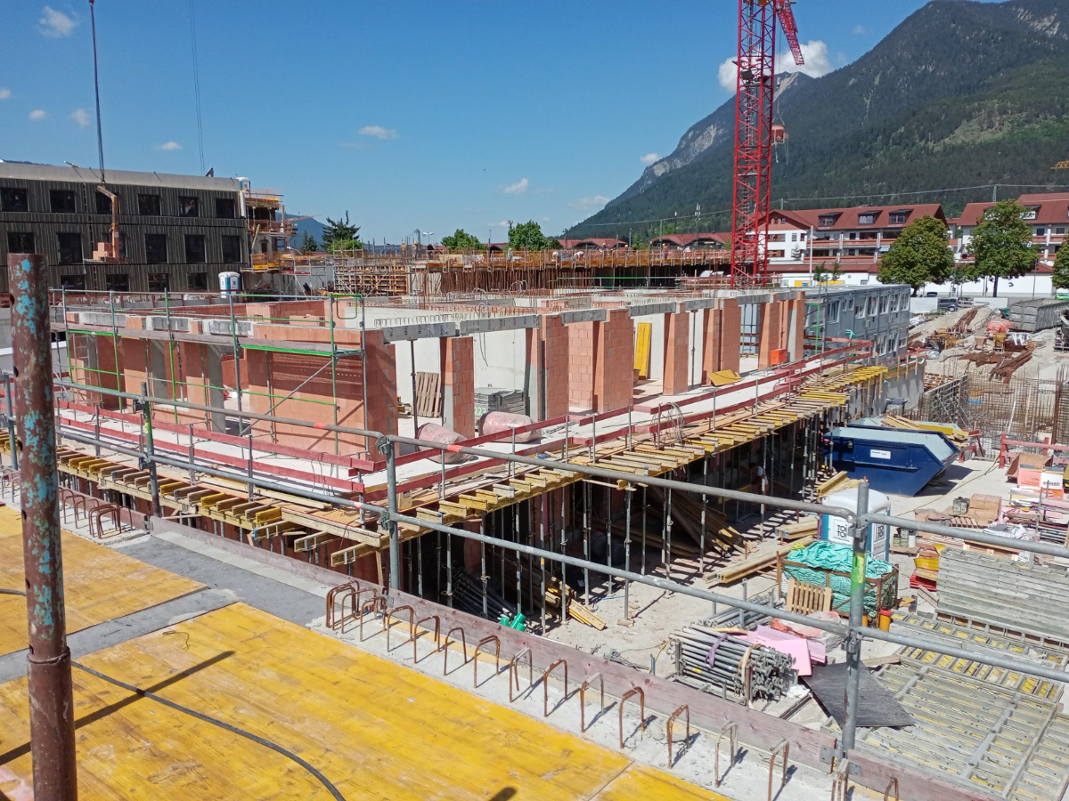 Budowa trzech budynków mieszkalnych wielorodzinnych z garażem podziemnym w Garmisch-Partenkirchen, Achenfeldstr. (Niemcy)