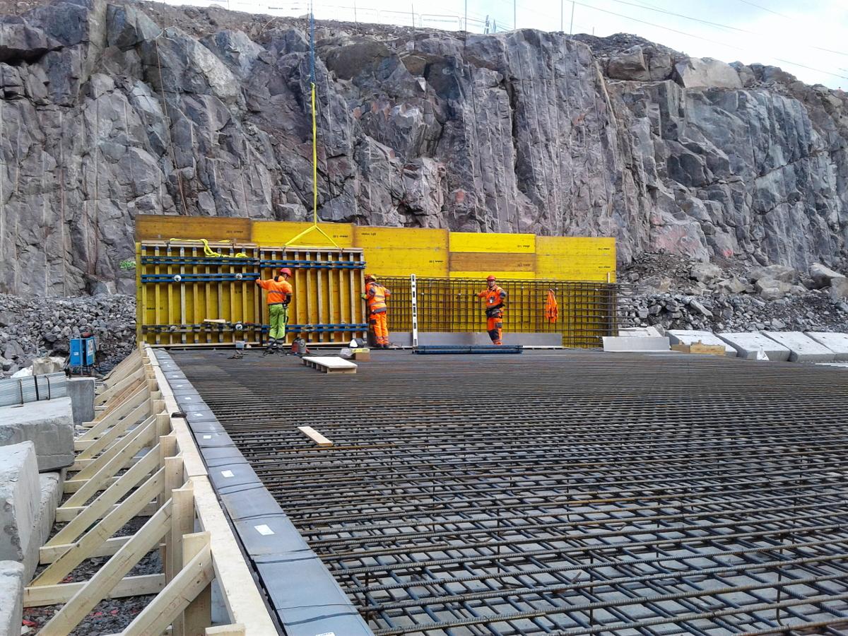 Prace betonowe przy budowie węzła drogowego FSE 61 Akalla w Sztokholmie (Szwecja)
