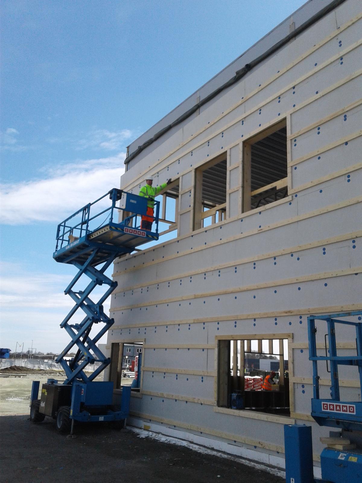 Montaż konstrukcji drewnianej ścian zewnętrznych oraz płyt elewacyjnych, montaż ścian karton-gipsowych wraz ze stolarką drzwiową w Boras, Prognosgatan (Szwecja)