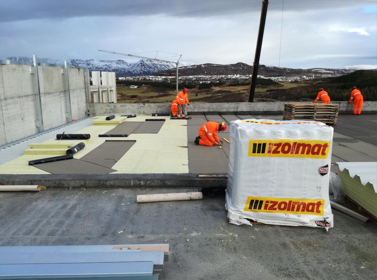 Montaż izolacji oraz membran dachowych w Rejkiawiku (Islandia)