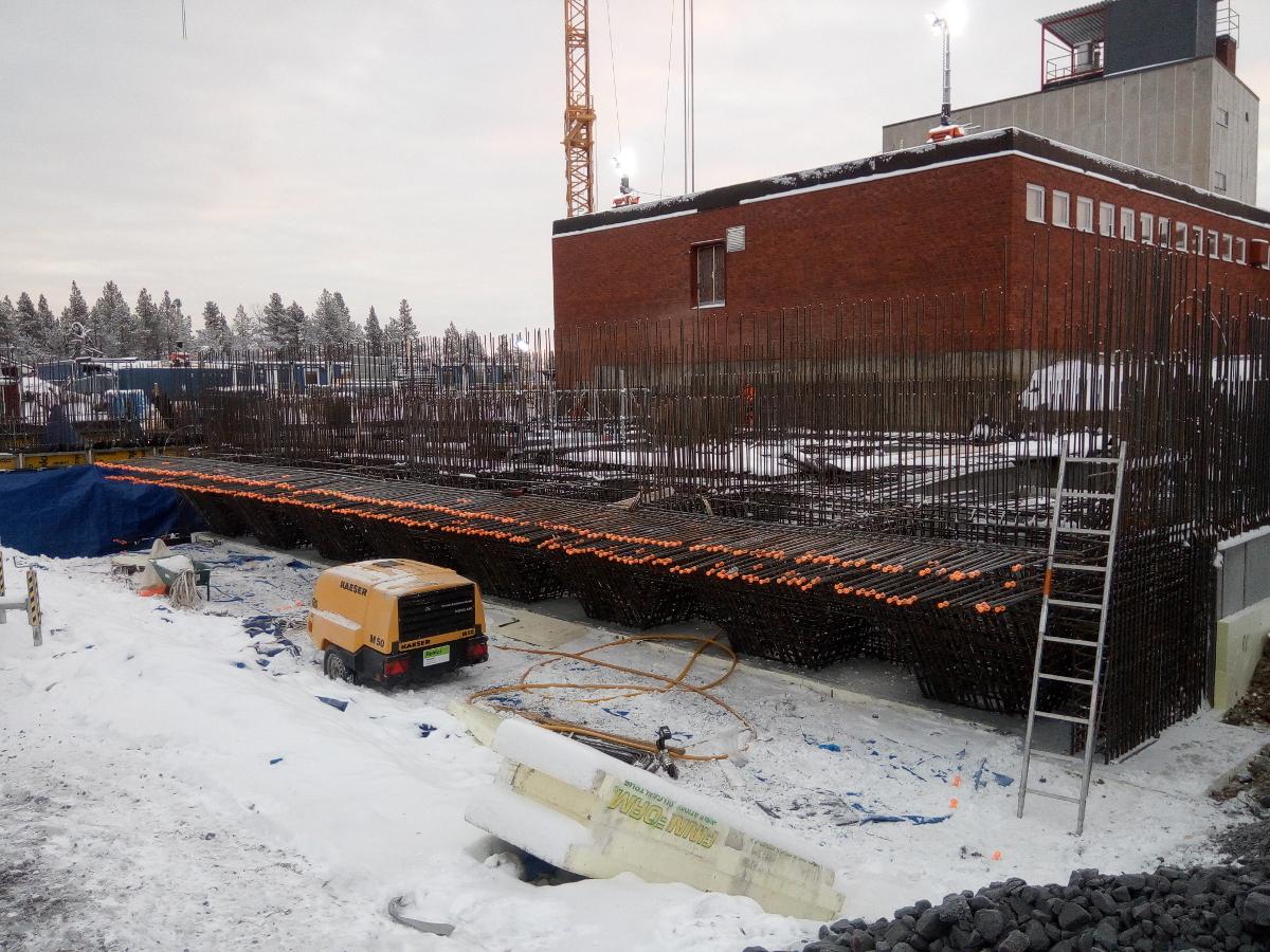 Prace szalunkowe, zbrojarskie oraz betonowe dla nowego budynku w Kirunie, Tuolluvaaravägen (Szwecja)