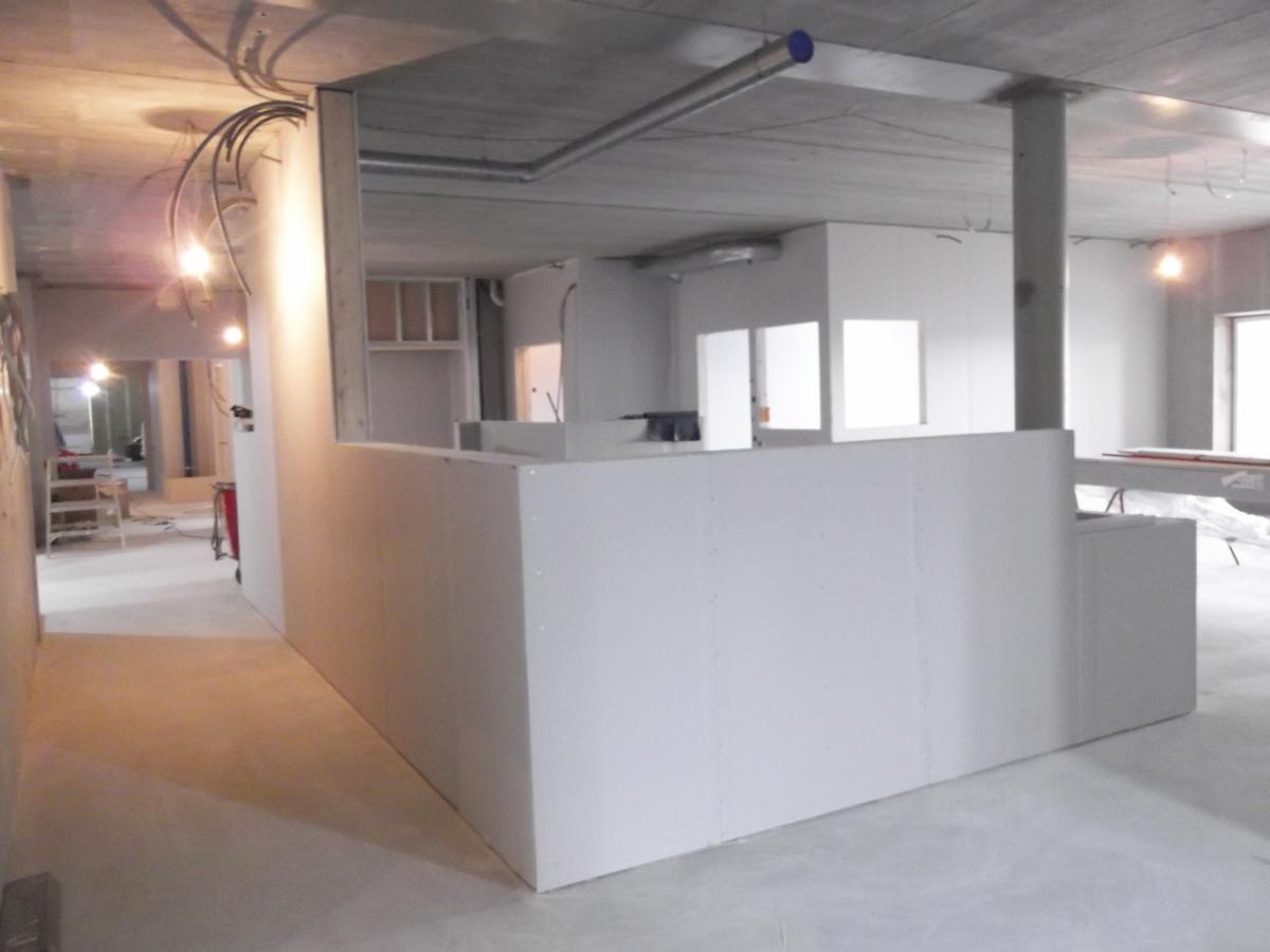 Sucha zabudowa ścian wewnętrznych w nowym trzypiętrowym budynku w Umeå, Östra Hyvlargränd (Szwecja)
